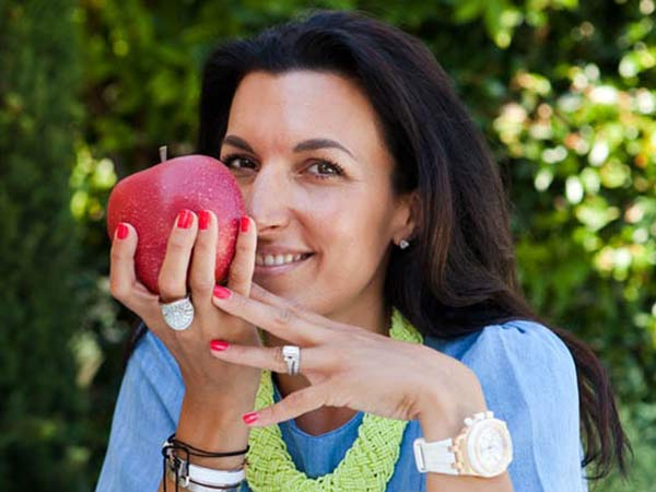 Naomi Buff holding an apple